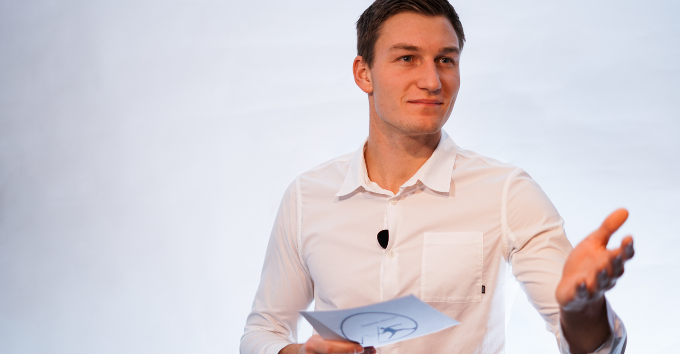 Thomas Röhler in white shirt with cards - Speaker