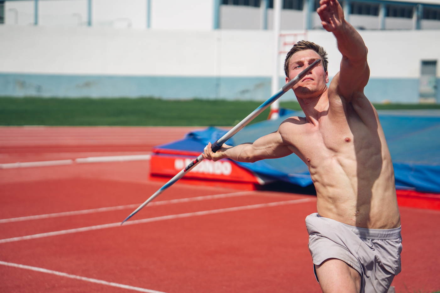 Thomas Röhler im Trainingslager in Portugal mit Speer beim Speerwurf